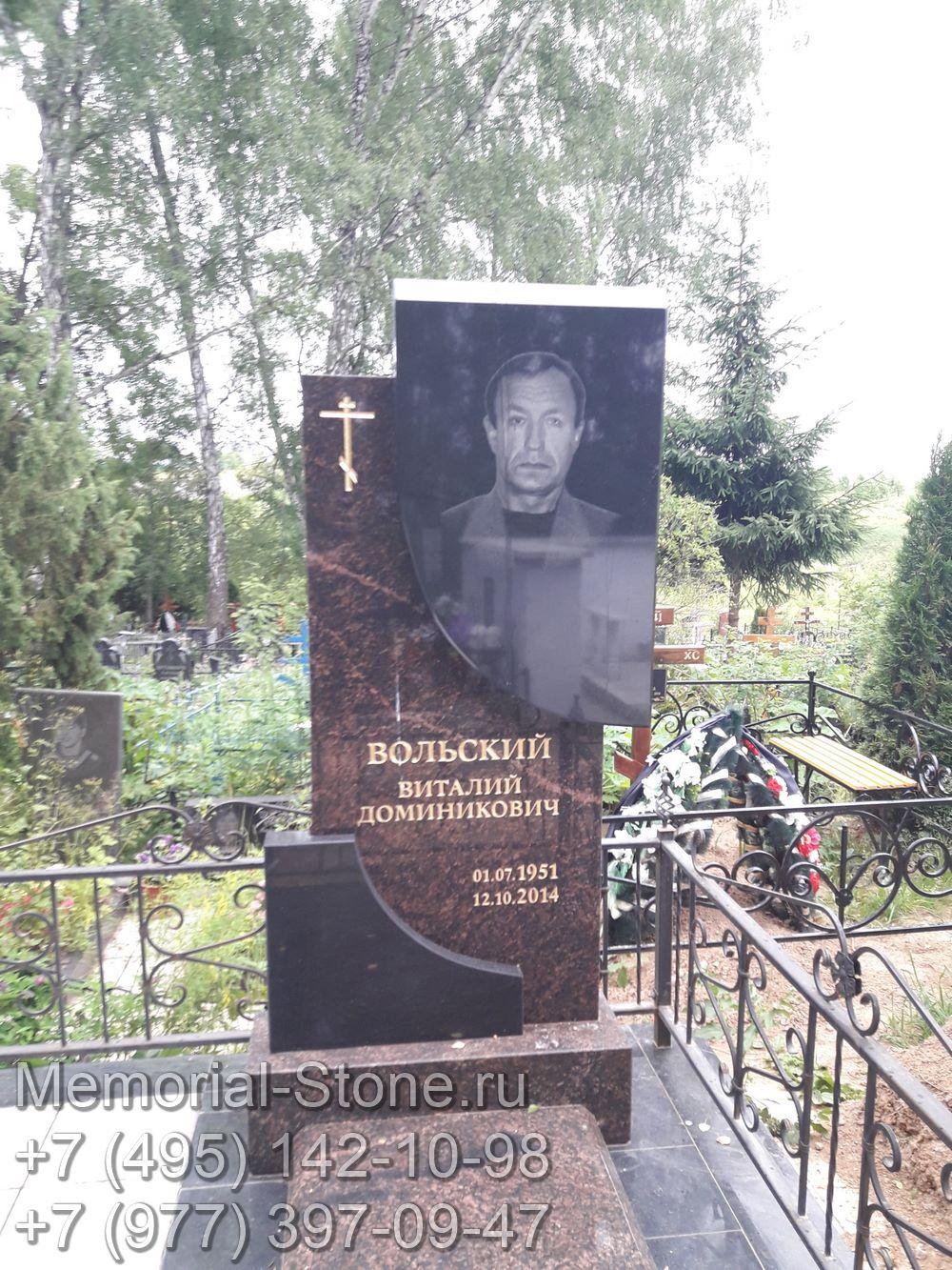 Памятник мужчине из гранита