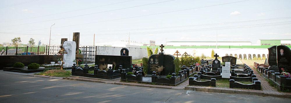 Гранитные памятники на Хованском кладбище